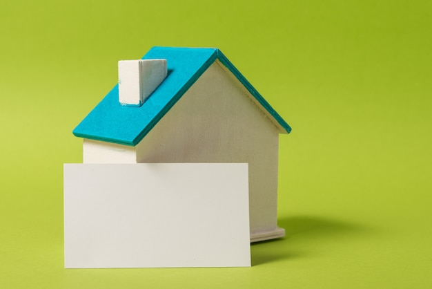 Casa in legno in miniatura, simbolo, con biglietto da visita