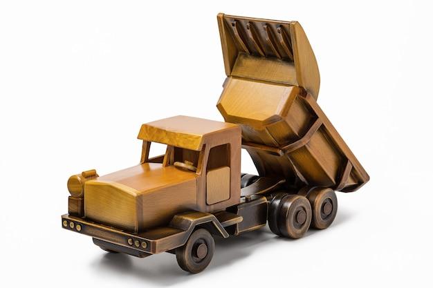 Autocarro con cassone ribaltabile di legno miniatura dell'automobile del giocattolo in studio