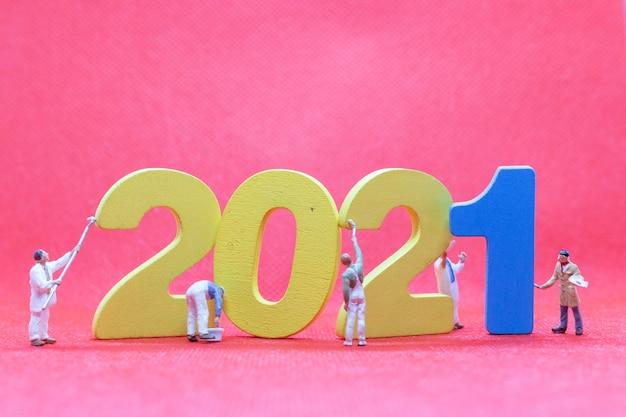 Numero 2021 della pittura della squadra dell'operaio in miniatura, concetto del buon anno