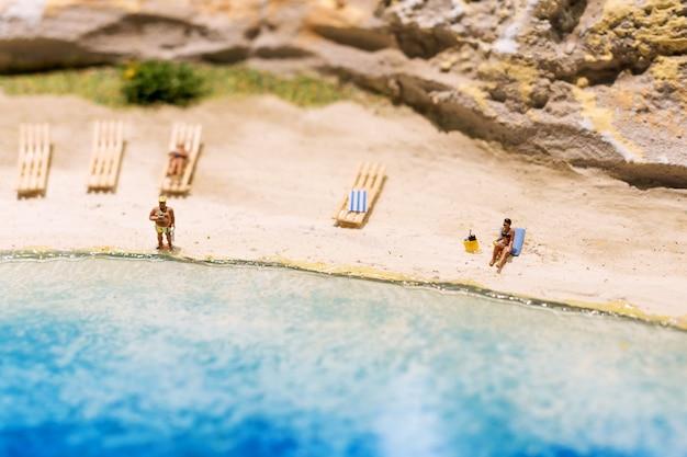 Mondo in miniatura di persone sulla spiaggia