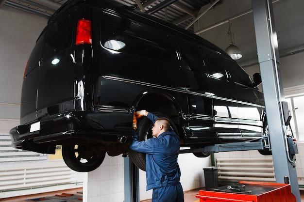 Garage per la riparazione di minibus