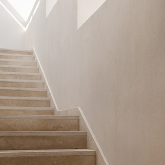 Concetto di architettura estetica minimale. pareti e scale beige