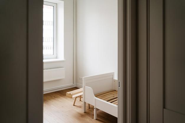 Cameretta infantile per bambino nei colori bianco e legno. meno spreco di stile di vita nella genitorialità