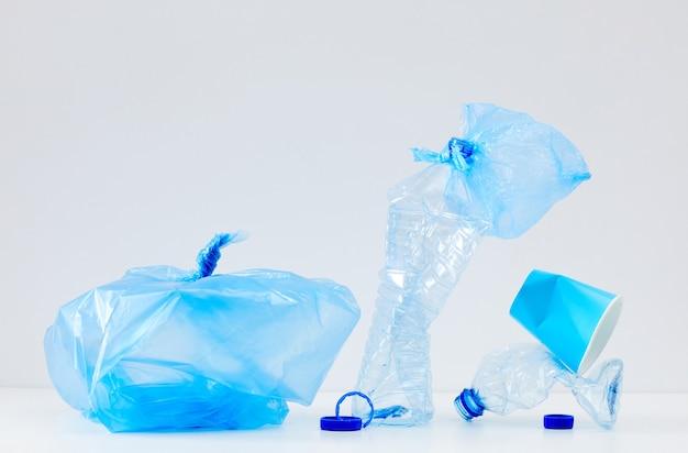Composizione minima di oggetti in plastica blu scartati, raccolta differenziata e concetto di riciclaggio
