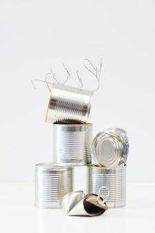 Composizione minima di lattine di metallo scartate isolate, raccolta differenziata e concetto di riciclaggio