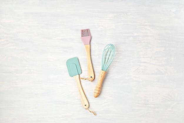Composizione minima con utensili da cucina con copia spazio. mangiare sano, cucina casalinga, ricette online, concetto di lezioni di internet.