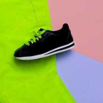 Design minimale. colori moda. scarpe da ginnastica di moda. tendenza urbana