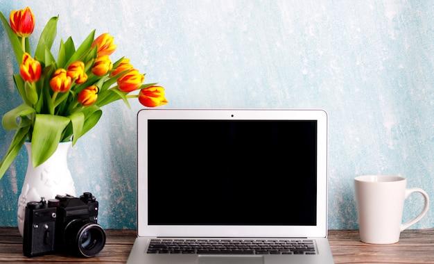Desktop domestico minimalista femminile con tazza da caffè e vecchia macchina fotografica