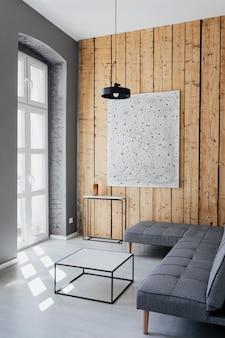 Arredamento minimale con un'opera d'arte su una parete di legno