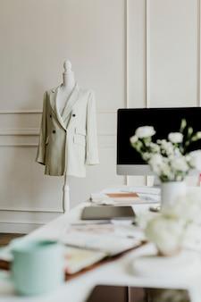 Interni minimali del posto di lavoro dello stilista