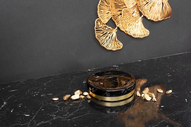 Esposizione di prodotti moderni minimali su fiori astratti neri e dorati su sfondo con podio, stile art deco di lusso anni '20