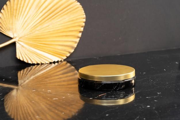 Espositore minimale e moderno del prodotto su sfondo nero e dorato con podio vuoto, stile anni '20 di lusso