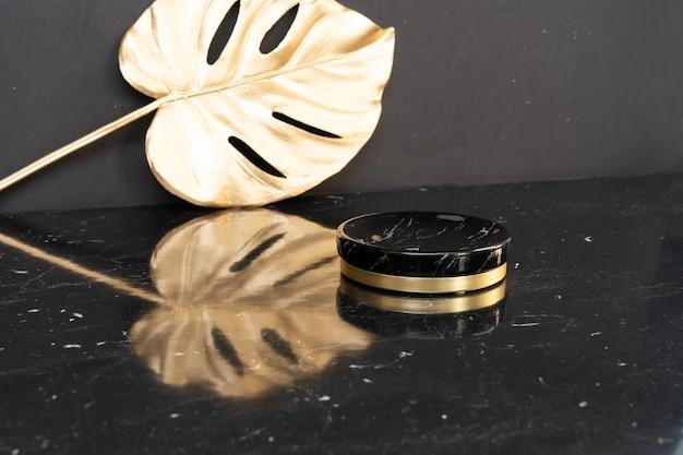 Espositore minimale e moderno del prodotto su sfondo nero e dorato con podio, stile anni '20 di lusso