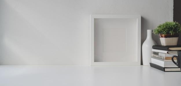 Stanza minima dell'ufficio con lo spazio e le decorazioni della copia sulla tavola di legno bianca