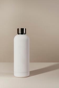 Mockup di design minimo di bottiglia d'acqua riutilizzabile