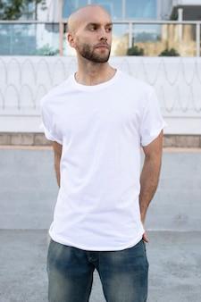 T-shirt bianca minimal abbigliamento moda uomo outdoor shoot