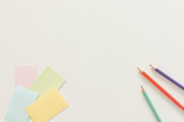Spazio di lavoro minimo - foto pianeggiante piano della scrivania dello spazio di lavoro con biglietto da visita con schermo in bianco sullo spazio della copia spazio bianco. vista dall'alto, fotografia piatta.
