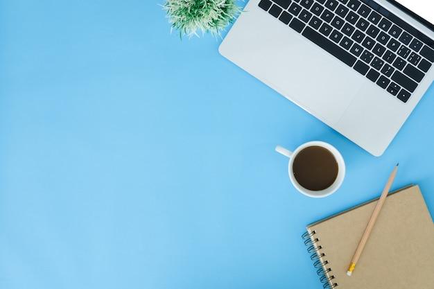 Minimo spazio di lavoro - foto piatta e creativa della scrivania dell'area di lavoro