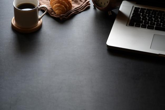 Spazio di lavoro minimo con fotocamera vintage, tablet e spazio copia