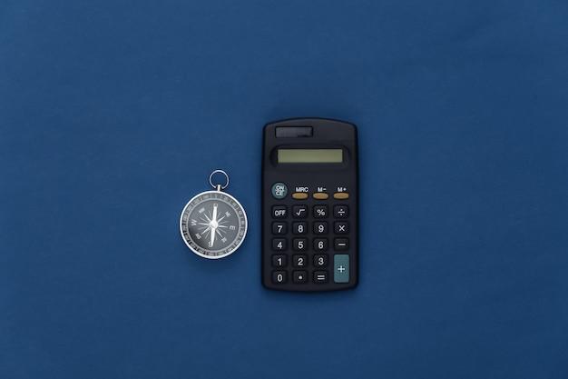 Il minimalismo viaggia piatto. bussola e passaporto su sfondo blu classico. vista dall'alto