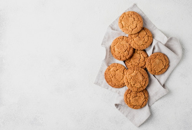 Disposizione minimalista di biscotti sul panno