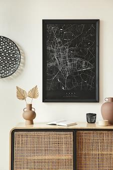 Composizione minimalista dell'interno del soggiorno con mappa poster nera finta, comò in legno, decorazione rotonda nera, foglie in vasi ed eleganti accessori personali. modello.