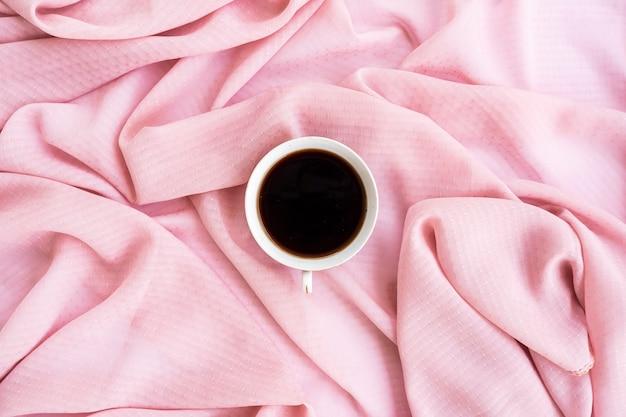 Concetto minimalista. caffè sulla sciarpa marrone background.autumn, concetto di autunno. disposizione piana, vista dall'alto, copia spazio