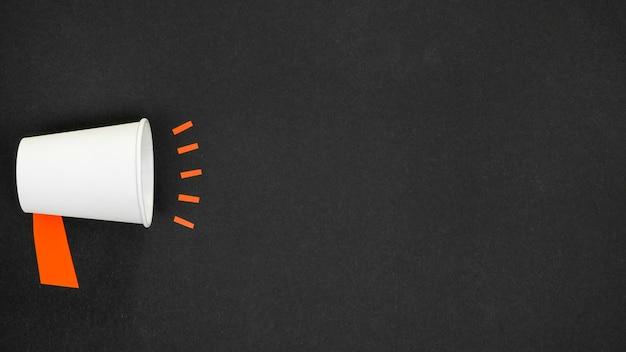 Concetto minimalista con megafono su sfondo nero