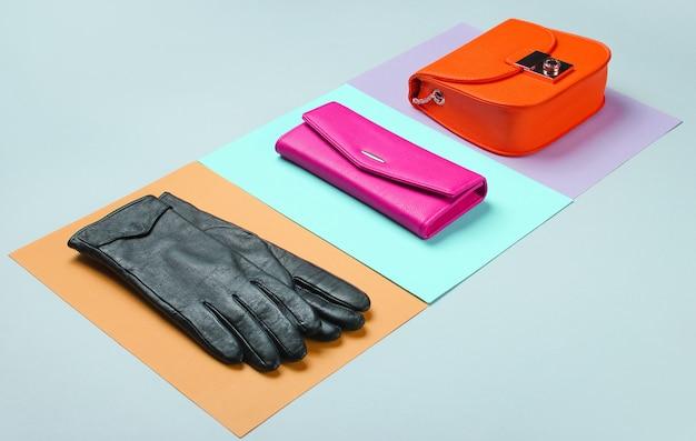 Moda minimalista. accessori trendy da donna su fondo pastello. borsa in pelle, borsa, guanti. vista laterale