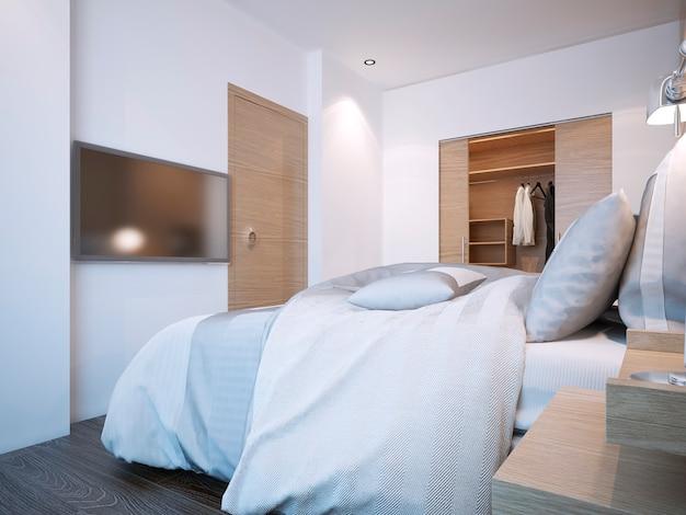 Camera da letto dell'hotel dal design minimalista con pareti bianche e cabina armadio