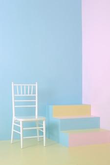 Interni minimalisti con sedia e scala colorata con pareti di colori pastello, sfondo di colori pastello, foto d'arte