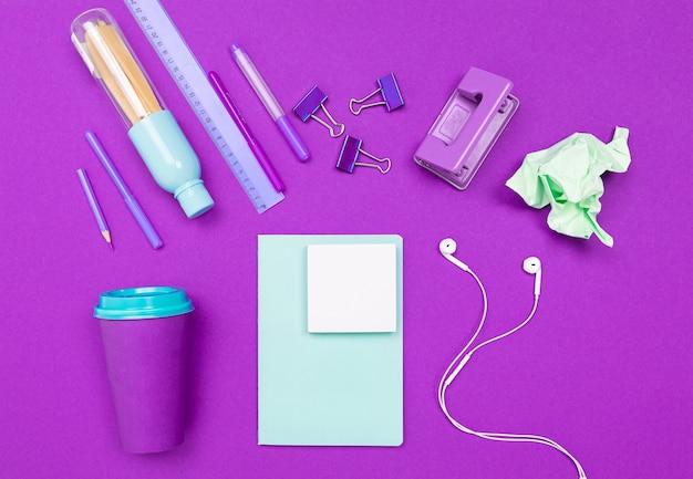 Forniture per ufficio minimaliste per un impiegato d'ufficio per uno screensaver desktop.