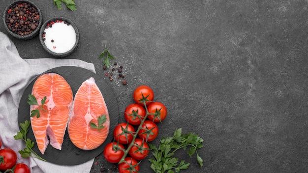 Piatto minimalista di salmone e pomodori vista dall'alto