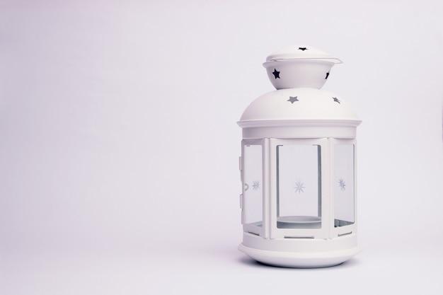 Lanterna bianca minimalista su sfondo bianco