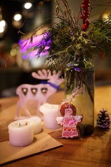 Arredamento natalizio minimalista, accogliente camera calda con mobili in legno.