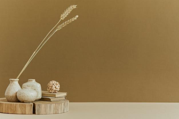 Composizione minimalista di un accogliente design d'interni con copia spazio, materiali naturali come legno e marmo, piante secche e accessori personali. colori neutri e gialli, modello.