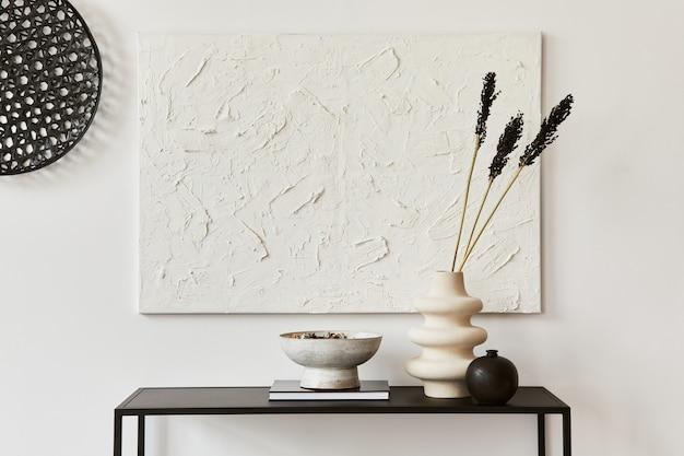 Composizione minimalista dell'interno della stanza creativa con pittura della struttura finta, ripiano in metallo e accessori personali. concetto in bianco e nero. modello.