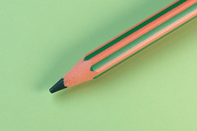 Composizione minimalista matita verde su sfondo verde macro astratta