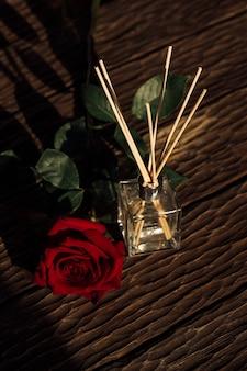Composizione minimalista con bastoncini aromatici e spazio copia olio aromatico