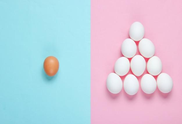 Concetto minimalista. piramide di uova. l'idea di unicità, piramide sociale