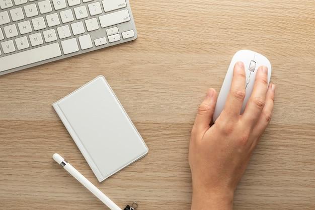 Design minimalista dello spazio di lavoro domestico