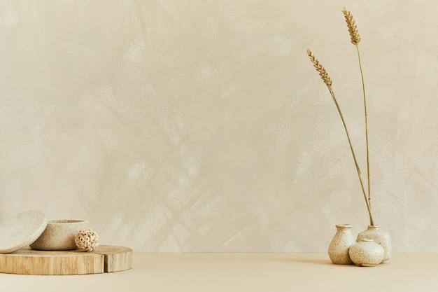Interior design minimalista con copia spazio, materiali naturali come legno e marmo, piante secche e accessori personali. colori beige neutri, modello.