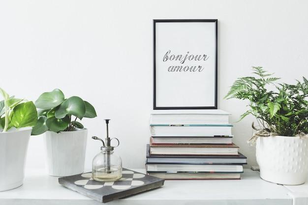 Interni minimalisti con cornice per poster mock up e modello di accessori personali