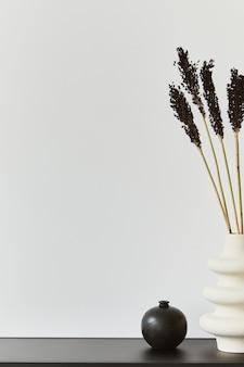 Composizione elegante e minimalista del design d'interni di una stanza creativa con spazio per copie, ripiano in metallo e accessori personali. concetto in bianco e nero. modello.