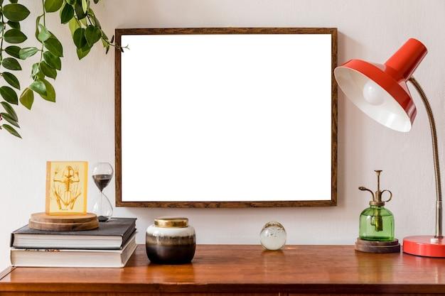 Concetto di cornice per poster mock up minimalista ed elegante con mobili retrò, pianta sospesa, lampada da tavolo, decorazioni e accessori eleganti. muri bianchi. modello.