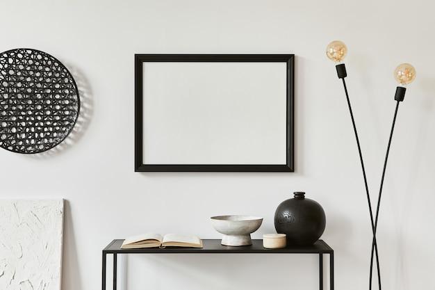 Interior design minimalista ed elegante con cornice per poster finta, mensola in metallo, lampada industriale e accessori personali. concetto in bianco e nero. modello.