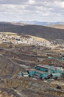 Estrazione mineraria nel cuore della città di pasco