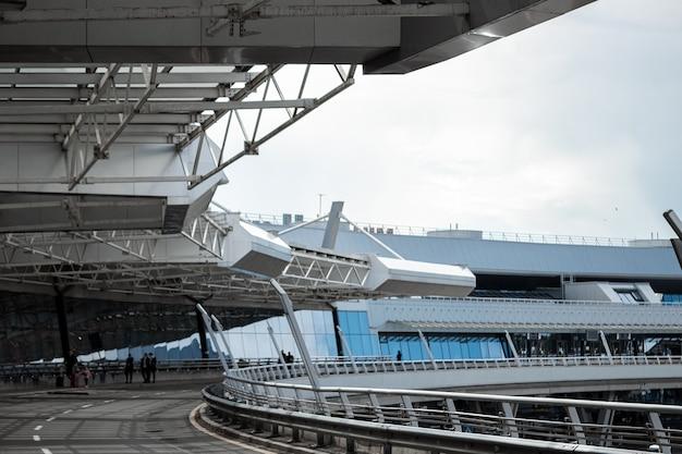 Minsk, bielorussia - 16 giugno 2021 aeroporto internazionale di minsk. l'ingresso principale del terminal. trasporto internazionale di passeggeri.