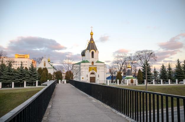 Chiesa di minsk con golden dome in inverno