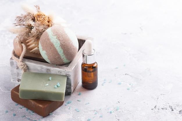 Bombe da bagno al cioccolato alla menta in spa allestita con fiori secchi e olio essenziale